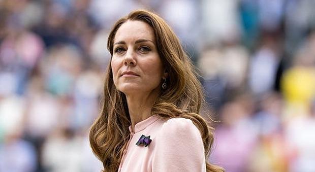 Kate Middleton ed Emma Raducanu giocano a tennis (e la duchessa, in gonnellino, sfida il protocollo)