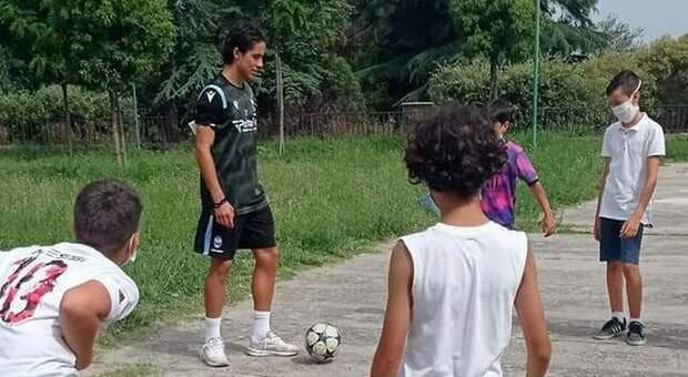 Il centrocampista Leonardo Sernicola per un giorno torna a scuola