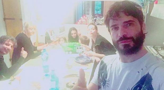 «Casa dolce casa», Marco Bocci dimesso dall'ospedale: la foto per rassicurare i fan
