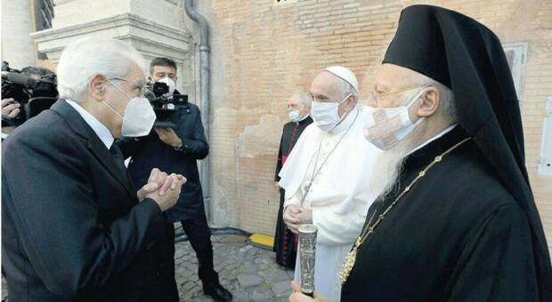 Il Papa in Campidoglio con la mascherina. E anche l'Islam condanna l'orrore di Parigi