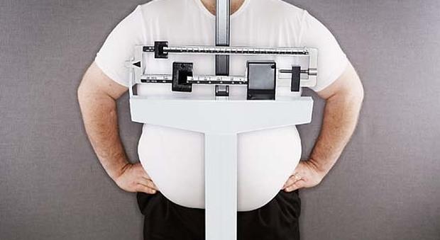 """Obesi, l'84% rifiuta il medico per dimagrire e preferisce il """"fai da te"""": ecco i rischi"""