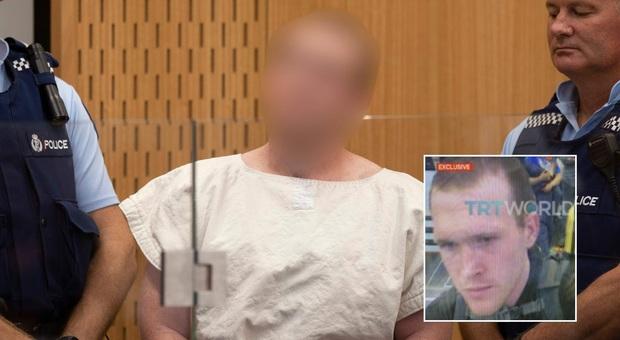 Nuova Zelanda, il ghigno del killer in tribunale. Poi fa il segno di un ok rovesciato