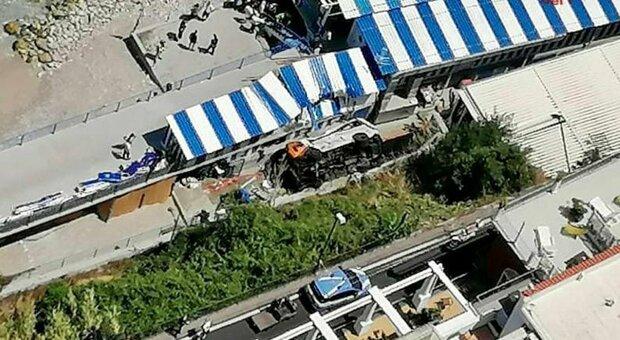 Capri, il titolare dello stabilimento: «Minibus rotolato giù, poteva andare peggio»