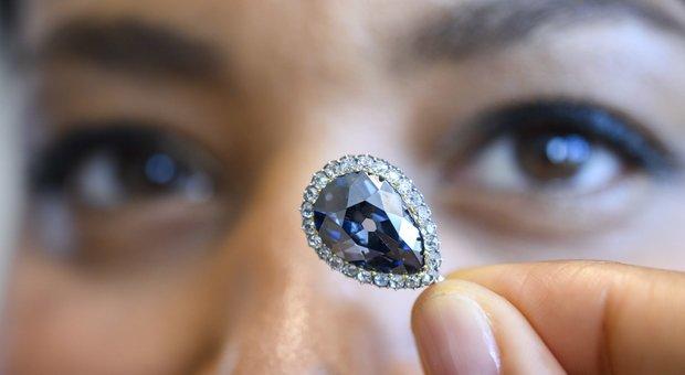 """Il diamante """"Blu Farnese"""" venduto per 5,7 milioni: forse è appartenuto alla regina Maria Antonietta"""