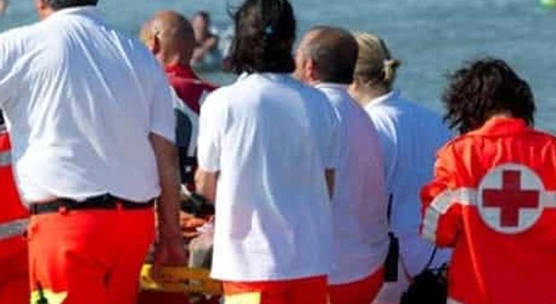 Dramma al mare, stroncato da malore a 54 anni nel bar dello chalet
