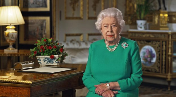 La Regina Elisabetta e il discorso sul coronavirus: il messaggio nascosto nella spilla di famiglia