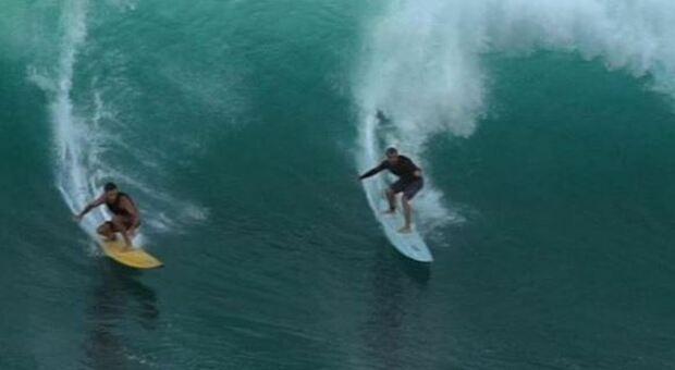 Surfista perde la tavola alle Hawaii nel 2018, la ritrova due anni dopo nelle Filippine