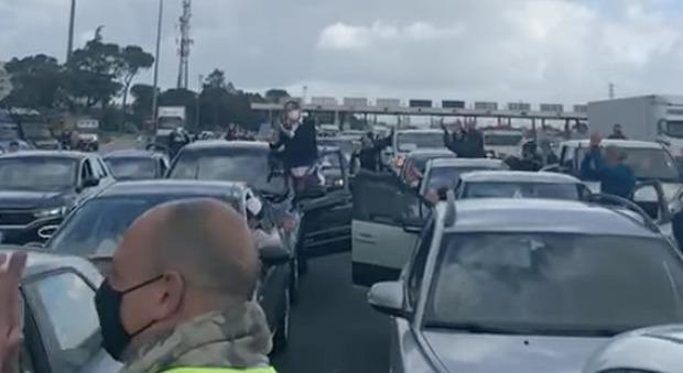 Ristoratori bloccano per protesta la A1: «Vogliamo la riapertura delle attività»