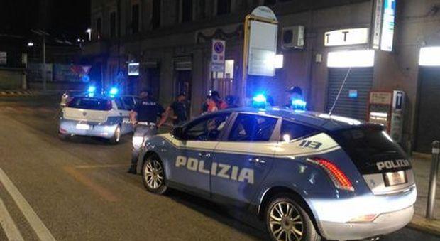 Roma, 18enne accoltellato mentre compra le sigarette con la fidanzata