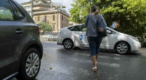 Vigile multa le auto davanti all'asilo quando non è in servizio: sanzioni a nonni e mamme. Scatta l'indagine