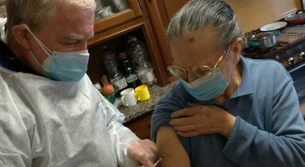 Michele Fiore mentre vaccina a domicilio