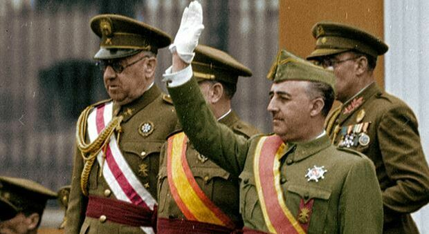 Spagna, una legge cancella il franchismo: riabilitati i condannati del regime, bandite le associazioni che esaltano il dittatore