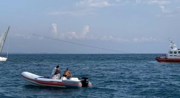 Montalto: barca a vela si incaglia sui fondali delle Murelle, intervento della Guardia costiera
