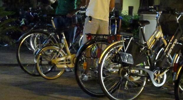 Turisti rapinano le biciclette per spassarsela in vacanza: denunciati