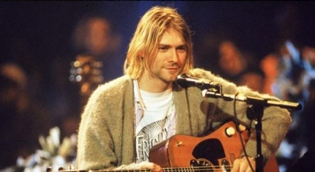 Kurt Cobain, venduto all'asta per oltre 300mila euro il maglione del leader dei Nirvana
