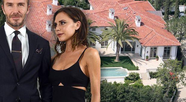 David e Victoria Beckham vendono la villa di 1200 mq: «Non c'è spazio per le partite di calcio dei figli»