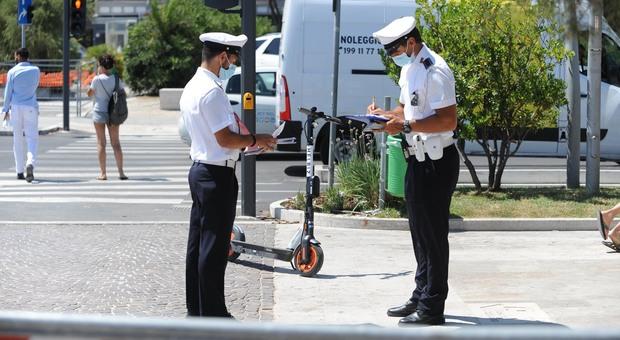 Pescara, in due sul monopattino: stop e baruffa con i vigili urbani