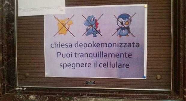 Roma, per i fedeli spunta il cartello: «Chiesa depokemonizzata, puoi spegnere il cellulare»