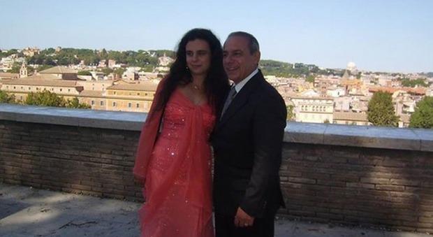 Paga 500 euro per far uccidere il marito, l'ultima dedica di Mario alla moglie: «Mi hai insegnato ad amare»