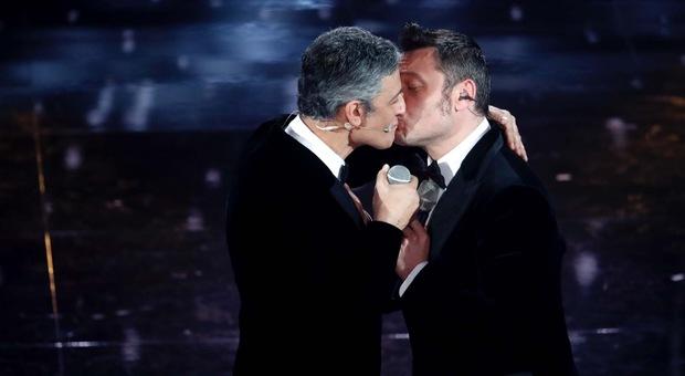 Sanremo, Tiziano Ferro bacia Fiorello e chiede scusa al marito Victor: «Avevamo detto a un centimetro!»