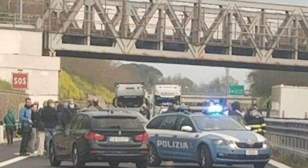 I ristoratori bloccano la A1 ad Attigliano. Italia spezzata in due, oltre 35 km di coda: #blocchiamolItalia
