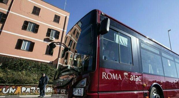 Roma, autista Atac aggredito al capolinea del 61 in piazzale Balsamo Crivelli