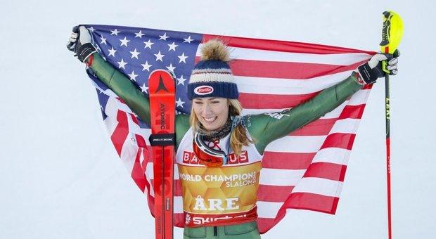 Coronavirus, la sciatrice Shiffrin canta per l'Italia: «Siete eroici»