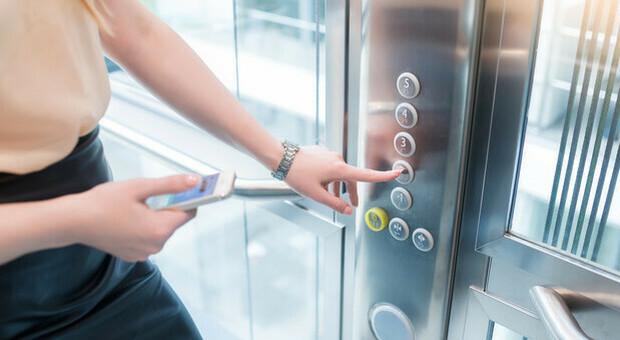 Coronavirus, asintomatica sale in ascensore e contagia 71 persone: ecco come è successo