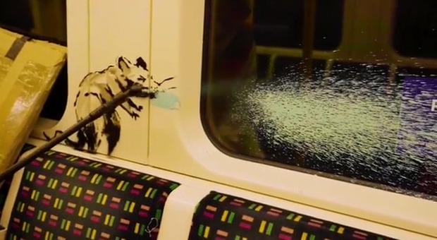 Banksy, nuova opera in metro travestito da sanificatore: chi non indossa la mascherina è un «ratto»