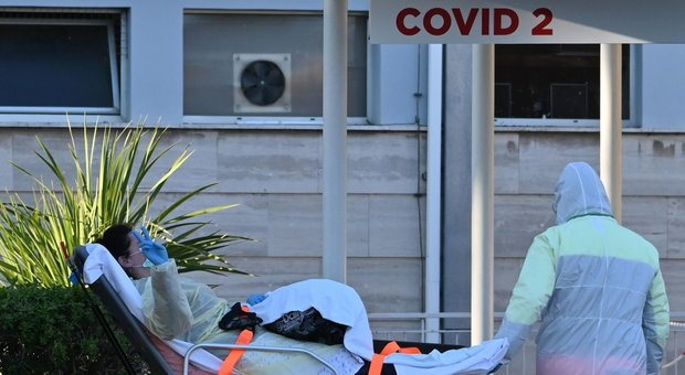 Coronavirus Napoli, per paura della pandemia partorisce in casa: mamma e bimbo stanno bene