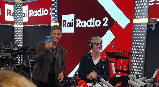 Fiorello lancia Raiplay irrompendo con i giornalisti nelle dirette di Radio2