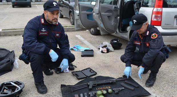 Bombe a mano e mitragliatore nell'arsenale in auto: forse preparavano l'assalto a un blindato