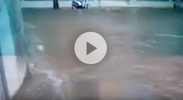 Bomba d'acqua su Cagliari, strade come torrenti: temporali e grandinate in tutta l'isola