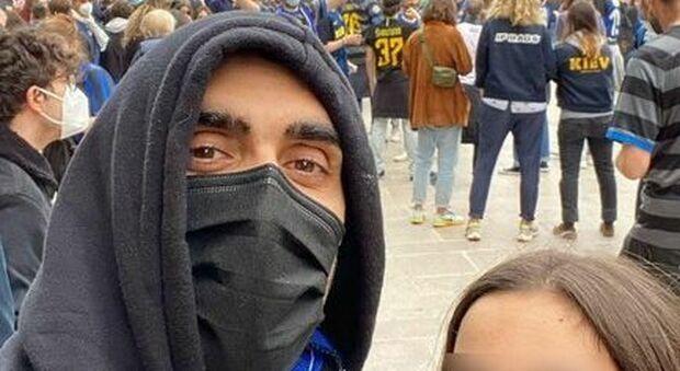 Filippo Magnini alla festa dell'Inter in piazza Duomo, la foto fa il pieno di insulti e rimuove il post