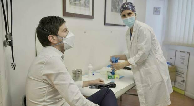 Roberto Speranza si è vaccinato, il ministro posta la foto suoi social: «Una grande gioia»