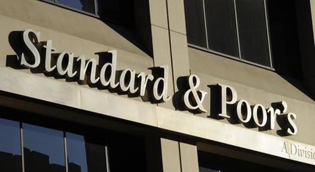 S&P conferma il rating Italia, ma taglia outlook da stabile a negativo