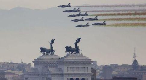 Giornata delle forze armate, Mattarella: pieno sostegno ai marò. Volano le Frecce Tricolori