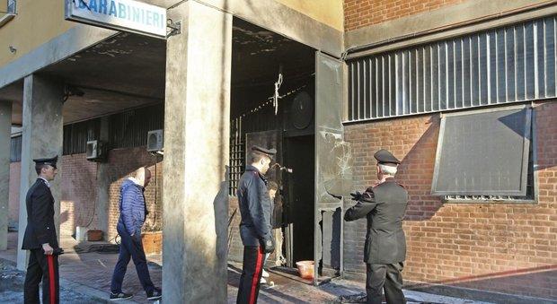 Bologna attentato alla stazione dei carabinieri: scoppia ordigno