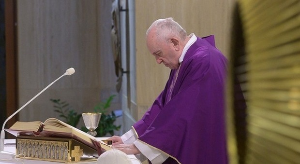 Papa Francesco, accusa ai sistemi sanitari: inadeguati a proteggere gli anziani dal Covid
