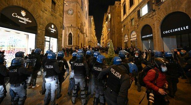 Firenze, manifestazione in centro: lancio di bottiglie, la polizia carica i manifestanti