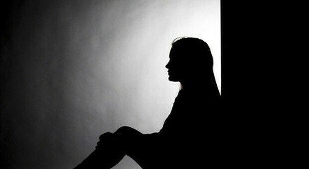 Abusata dall'età di 13 anni dal prete, il caso in Parlamento: le violenze dopo i 14 anni sono state archiviate