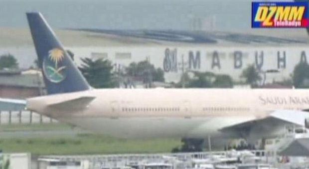 Manila, pilota preme per sbaglio pulsante emergenza: aereo saudita isolato sulla pista
