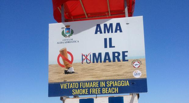 Stop al fumo in spiaggia, arriva una proposta di legge per bandire le sigarette al mare