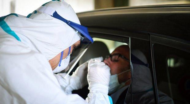 Coronavirus fase 2, tamponi, contagi e terapie intensive: chi va fuori dai parametri chiude