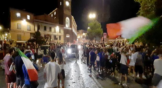 La festa con il tricolore in via Ascenzi a Viterbo