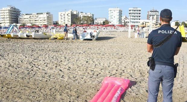 Si masturba davanti ai bimbi armato di coltello, choc in spiaggia a Rimini: l'uomo rischia il linciaggio