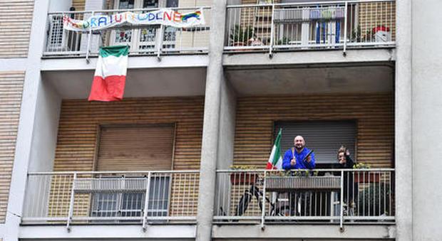 """Coronavirus, flash mob sui balconi: oggi alle 18 appuntamento con """"Tanto pe' cantà"""""""