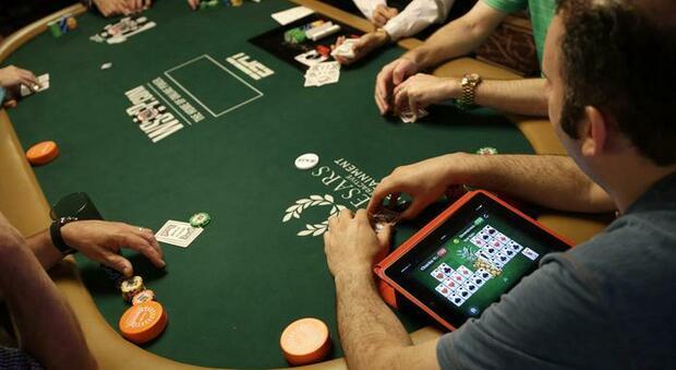 In 21 giocano a poker in un club: 800 euro di multa a testa, locale chiuso per 5 giorni