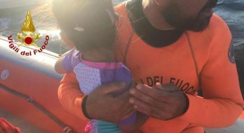 Bimba di 3 anni alla deriva su materassino: salva. I vigili portano a riva anche il bagnino