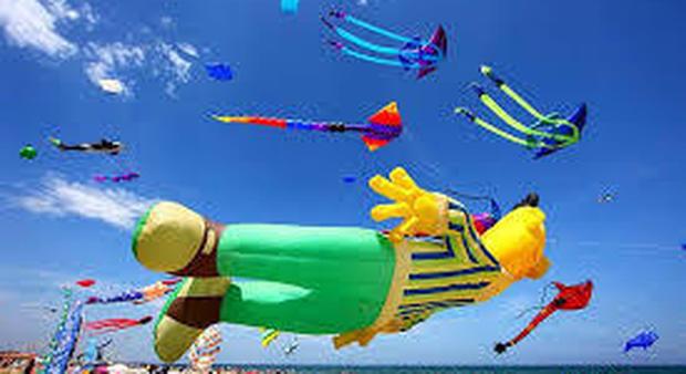 Cervia, torna il Festival mondiale degli aquiloni: draghi e meduse giganti volano in cielo